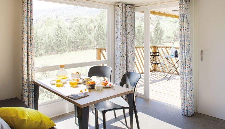 Camping Borken am See stacaravan Borken Deluxe half overdekt terras, woonkamer met fantastisch uitzicht op het terras