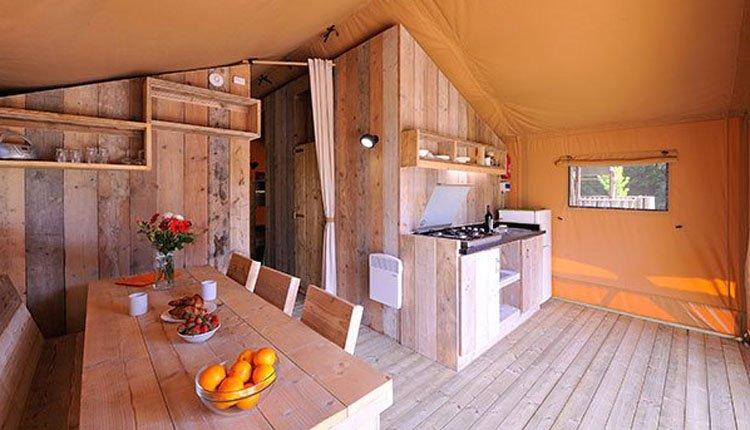 chateau_des_ormes_safaritent_woonruimte_keuken.jpg