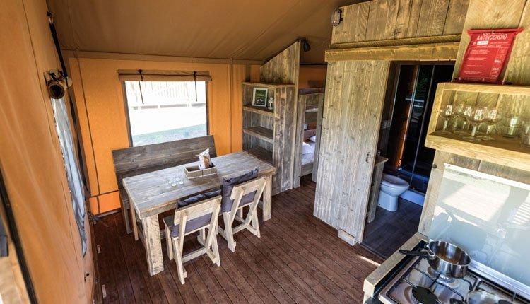 camping_borken_am_see_safaritenten_met_badkamer_woonruimte_keuken.jpg