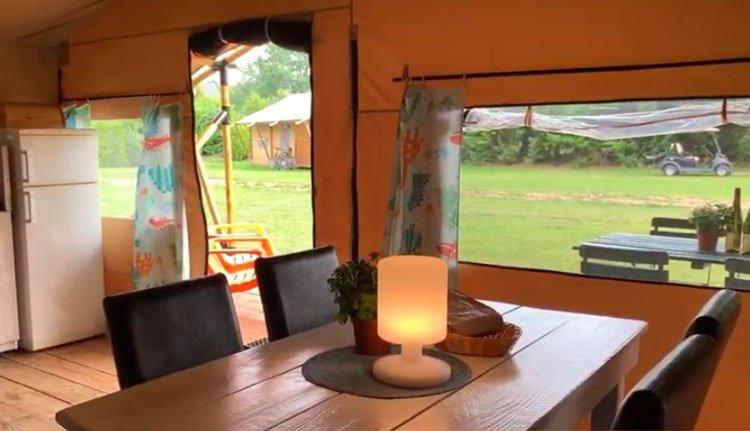 camping_borken_am_see_safaritenten_zonder_badkamer_woonkamer_terras.jpg