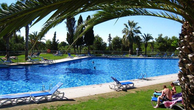 Camping Vilanova Park - onder de palmbomen aan het zwembad