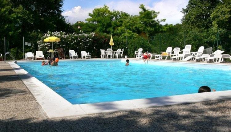 Sorgive e le Volpi zwembad met ligbedjes