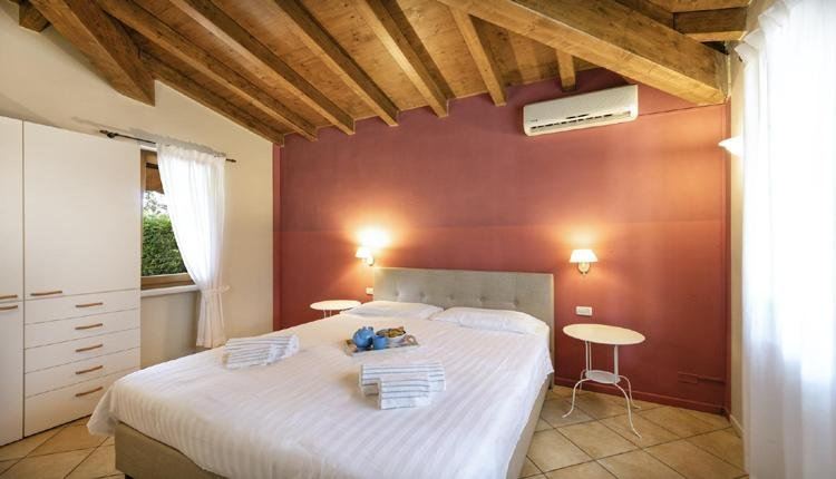 Villetta Alloro master bedroom